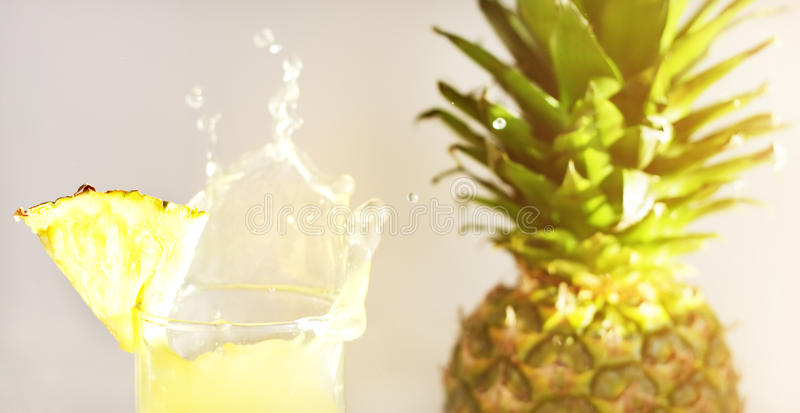 Jus d'ananas et ananas images stock