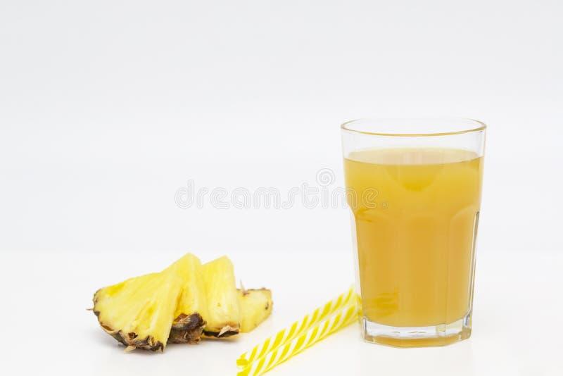 Jus d'ananas et ananas délicieux de tranches sur le fond blanc photos libres de droits