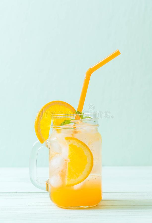 jus d'orange avec la soude image stock