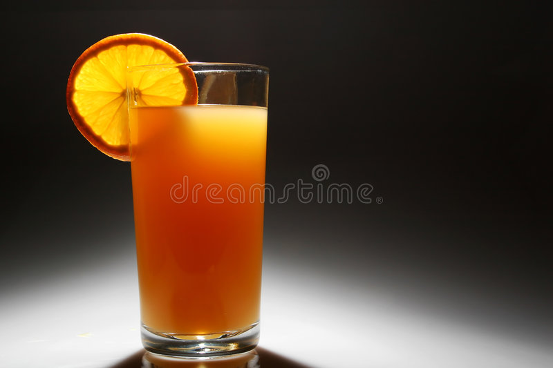 Jus d'orange contre éclairé images stock