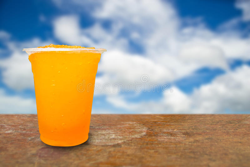 Jus d'orange dans des tasses en plastique photo stock