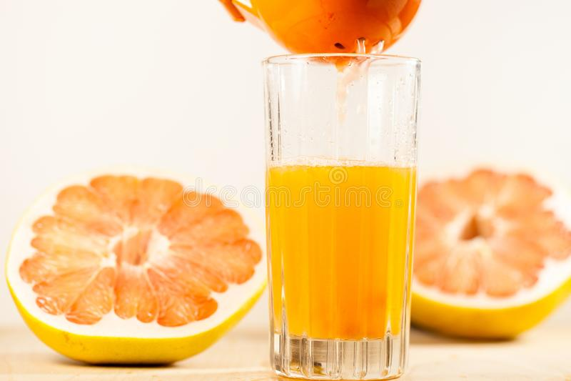 Jus d'orange dat in een glas wordt gedrukt stock foto's