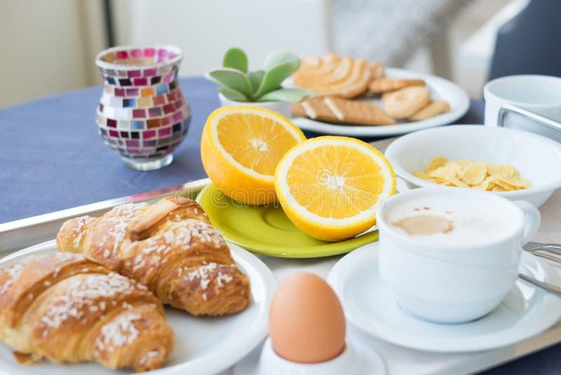 Jus d'orange de lait de café de petit déjeuner continental image libre de droits