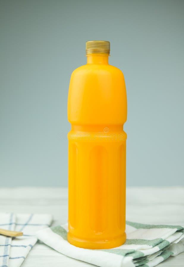 Jus d'orange in een fles stock afbeelding