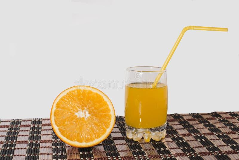 Jus d'orange in een glas en een sinaasappel royalty-vrije stock foto