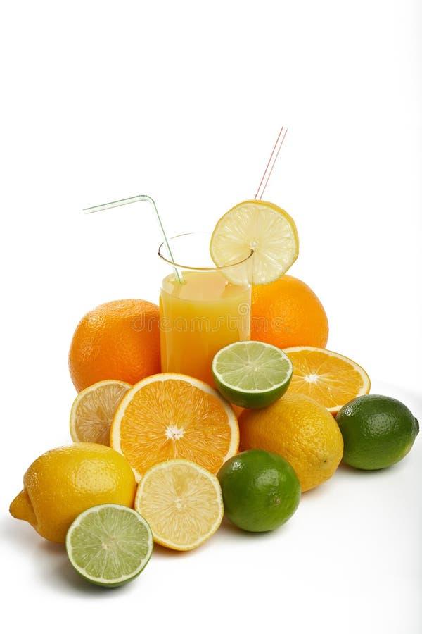 Jus d'orange en allsorts fruit stock afbeelding