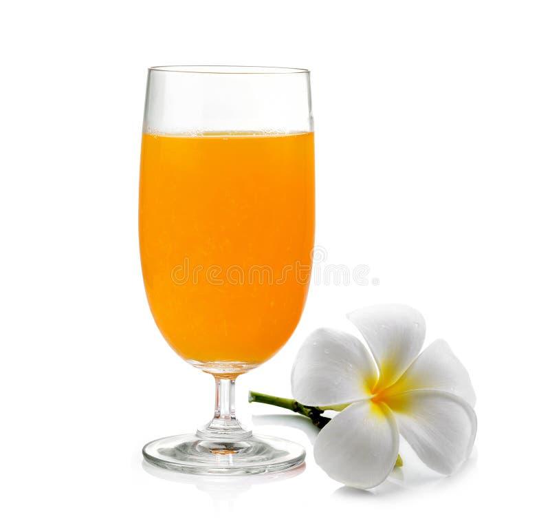 Jus d'orange en frangipanibloem op witte achtergrond royalty-vrije stock foto's