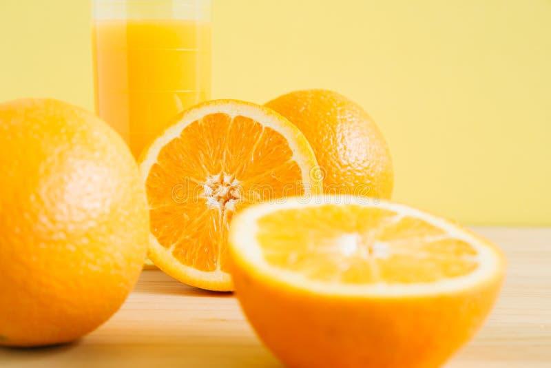 Jus d'orange en sinaasappel op lijst royalty-vrije stock afbeelding
