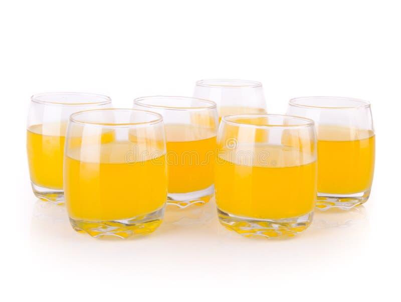 Jus d'orange en verres sur le fond blanc images libres de droits