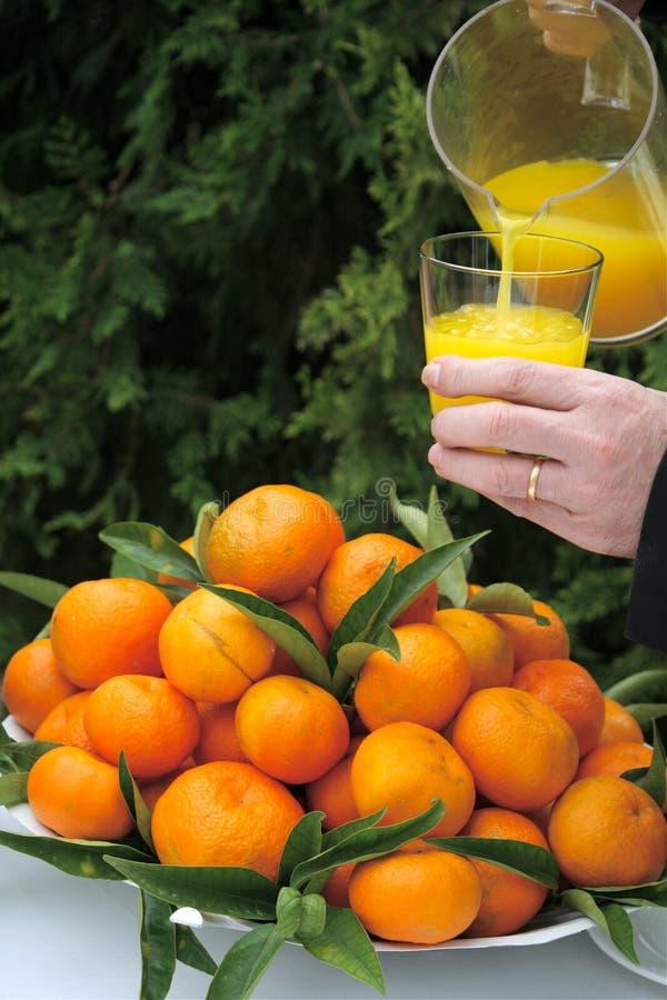 Jus d'orange et oranges fraîches photo stock