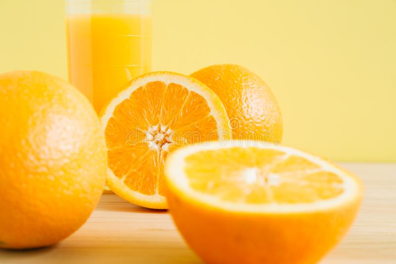 Jus d'orange et orange sur la table image libre de droits