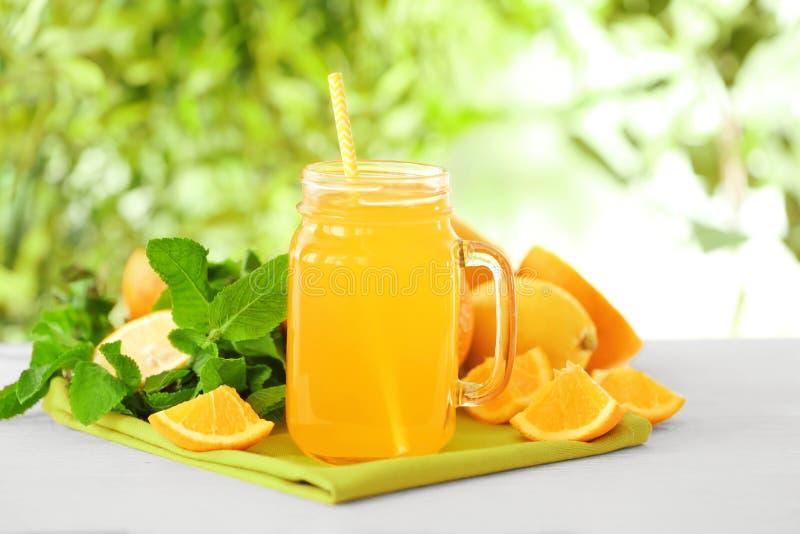 Jus d'orange fraîchement serré dans le pot photos stock