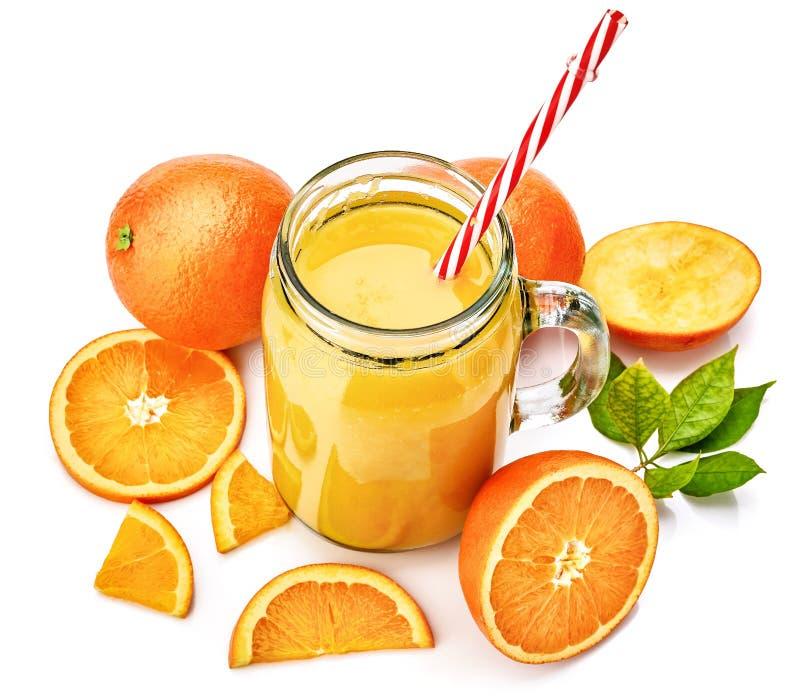 Jus d'orange frais avec le fruit et le vert photographie stock libre de droits