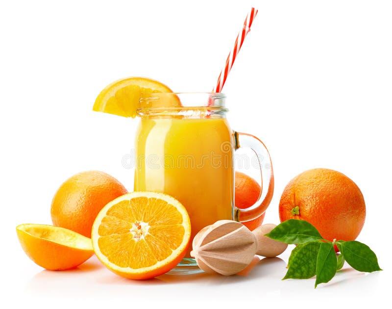 Jus d'orange frais avec le fruit et le vert images libres de droits
