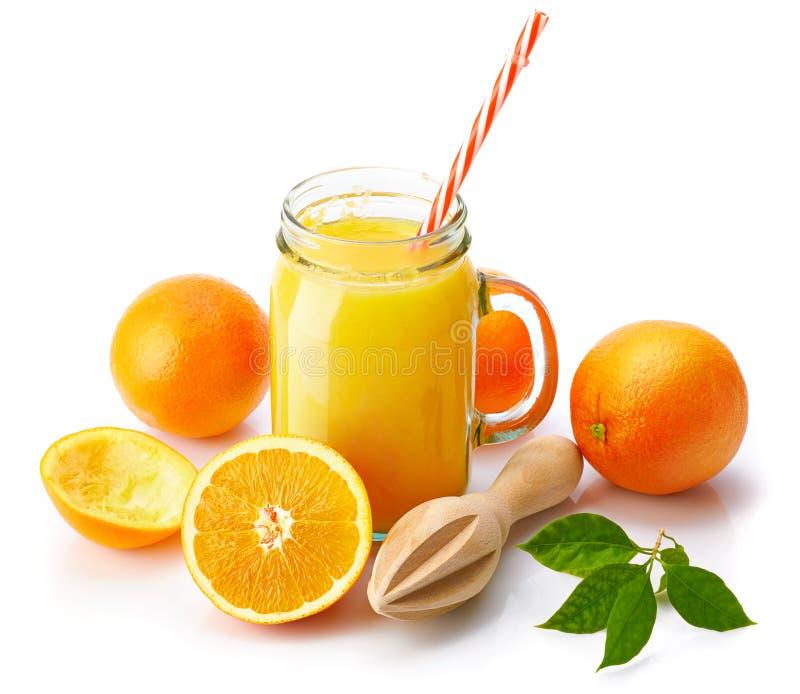 Jus d'orange frais avec le fruit et le vert photos stock