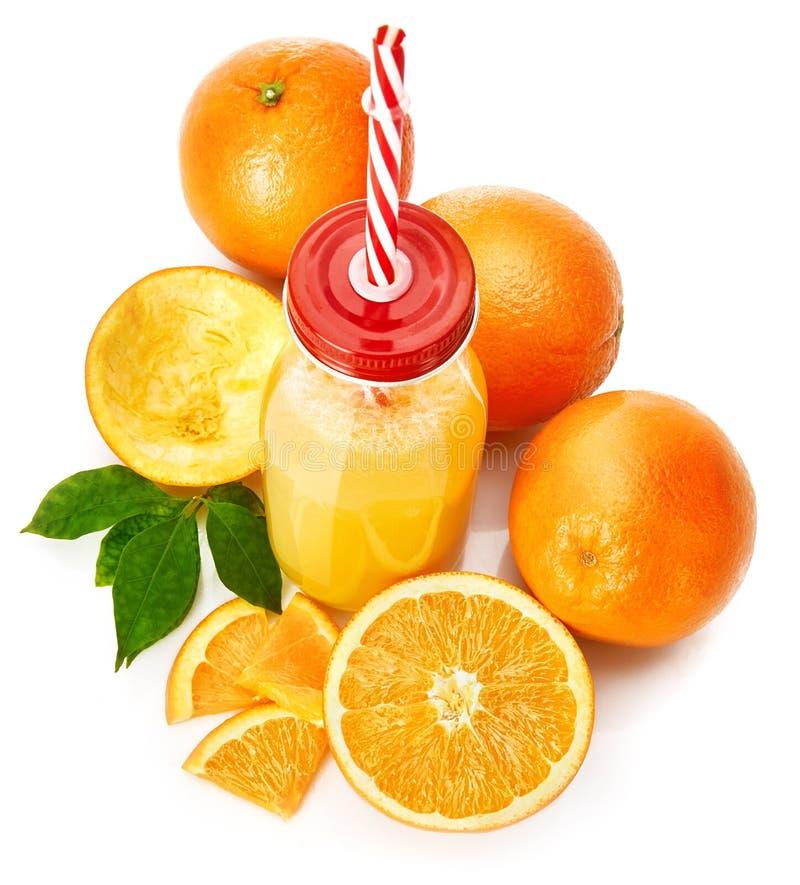 Jus d'orange frais avec le fruit et le vert image libre de droits