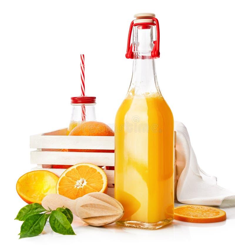 Jus d'orange frais avec le fruit et le vert photos libres de droits