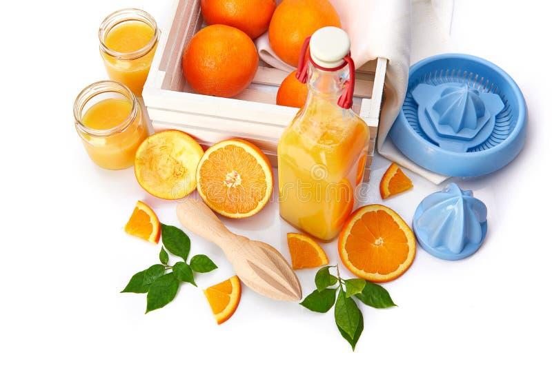 Jus d'orange frais avec le fruit et le vert photographie stock