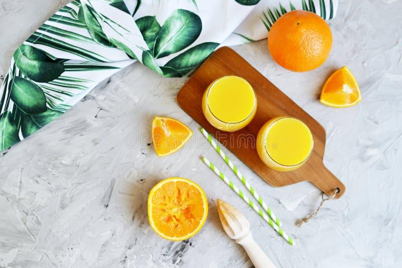 Jus d'orange frais dans la boisson en verre de boissons de matin d'été photographie stock