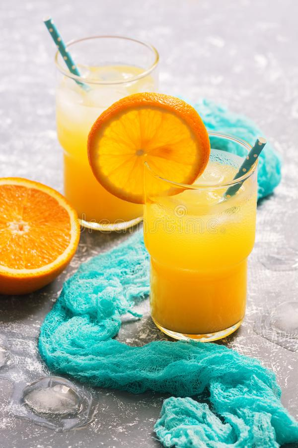 Jus d'orange frais dans un verre avec une tranche orange Boisson régénératrice d'été photos libres de droits