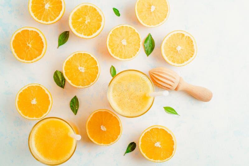 Jus d'orange frais en verre et agrumes frais autour Boisson saine en blanc Vue supérieure photos libres de droits