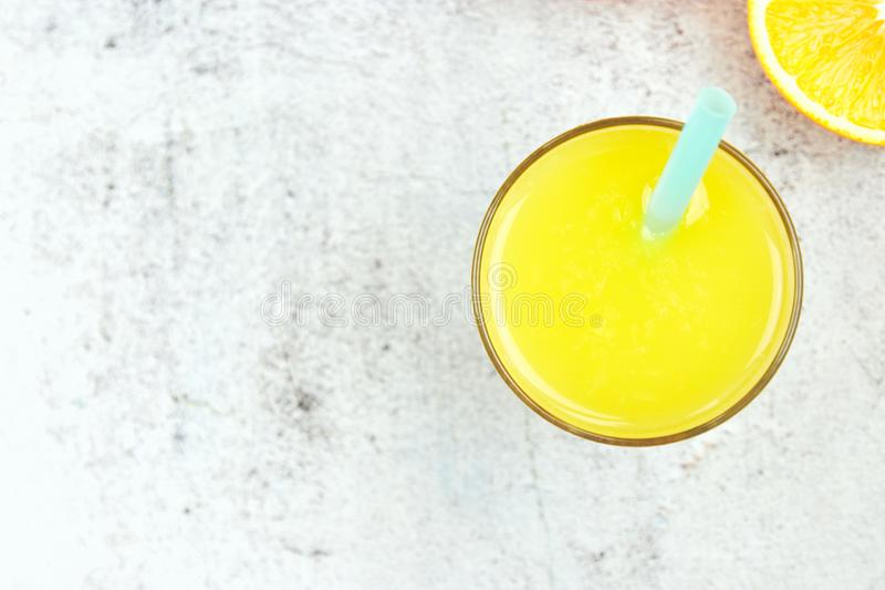 Jus d'orange frais froid sur un fond concret blanc Vue sup?rieure, configuration plate, l'espace de copie Boisson d'agrume images libres de droits