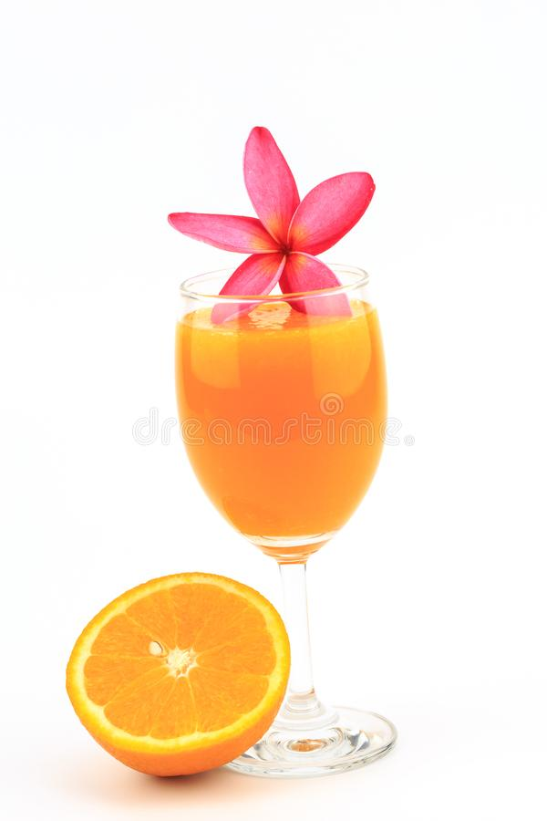Jus d'orange in glas en geïsoleerde bloem stock foto