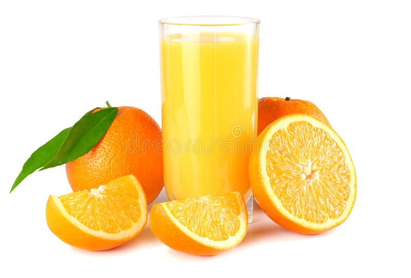 Jus d'orange met oranje en groen die blad op witte achtergrond wordt geïsoleerd sap in glas royalty-vrije stock afbeeldingen