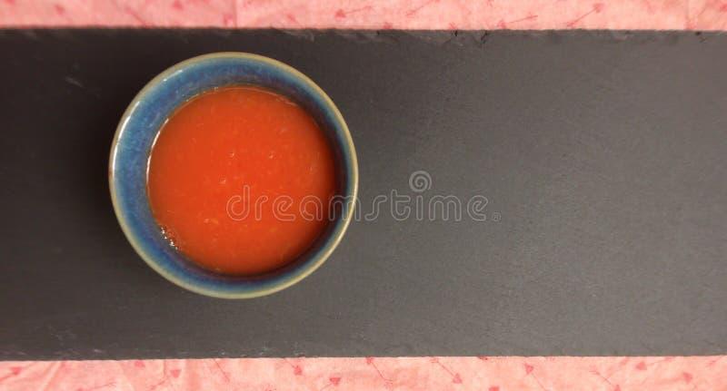 Jus d'orange op zwarte achtergrond stock foto