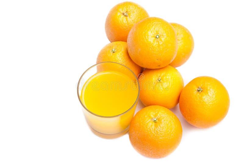 Jus d'orange pétillant de comprimé effervescent avec des oranges au contexte photo stock