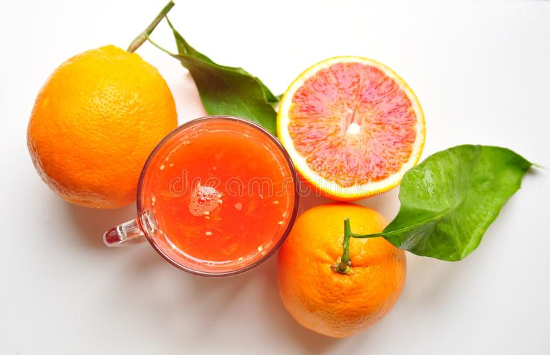 Jus d'orange sanguine de la Sicile sur un fond blanc photo libre de droits