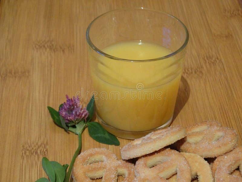 Jus d'orange, suikerpretzels en klaver royalty-vrije stock afbeelding