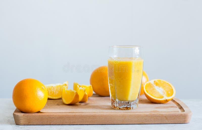 Jus d'orange sur la table blanche photos stock
