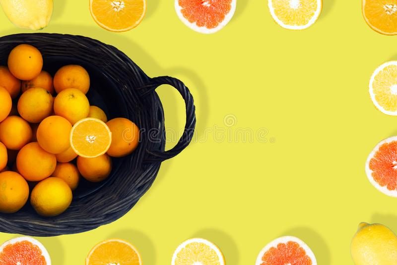 Jus d'orange van hierboven op Gele achtergrond stock foto