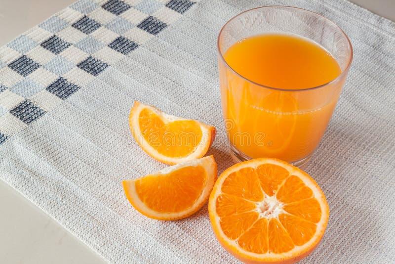 Jus d'orangeglas en verse sinaasappelen stock foto's