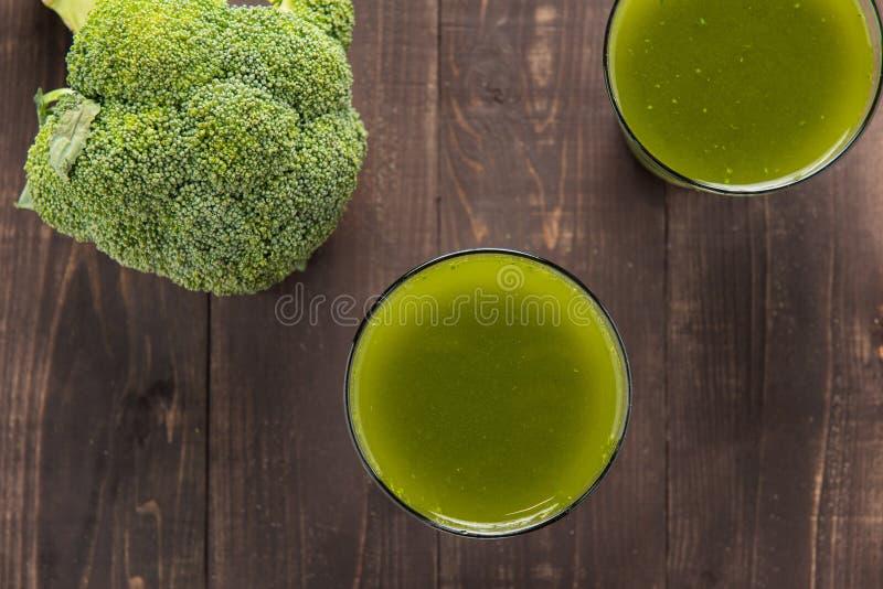 Jus de brocoli sur la table en bois image libre de droits