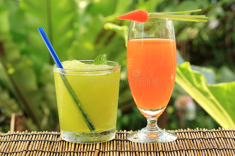 Jus de carotte et smoothie de jus de raisins photo stock