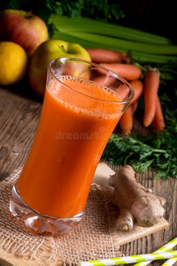 Jus de carotte fraîchement serré images stock