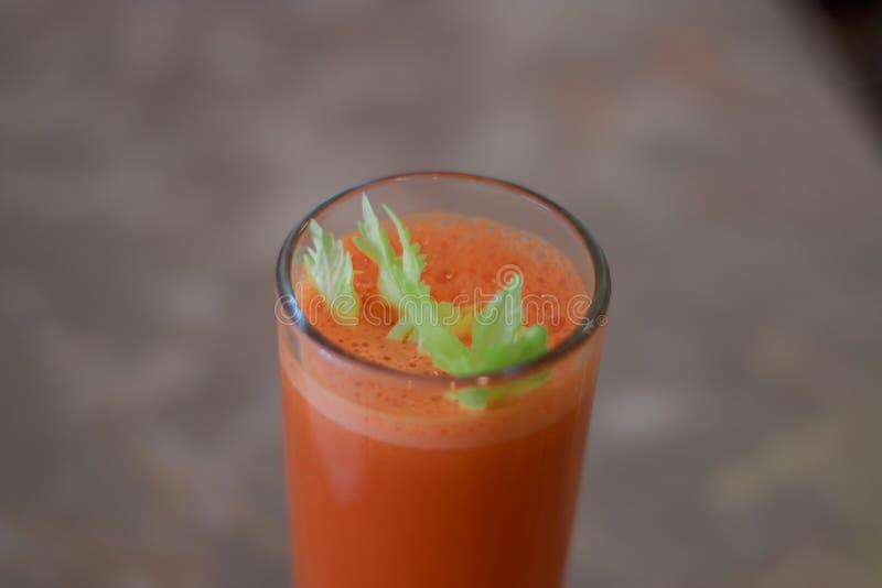Jus de carotte fraîchement serré photographie stock libre de droits
