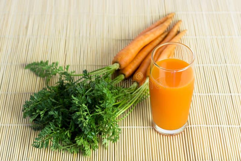 Jus de carotte frais et organique images stock