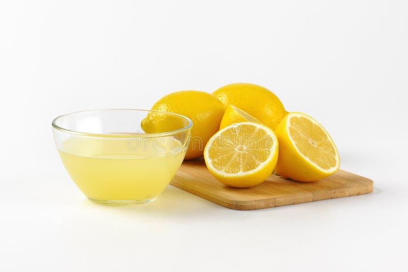 Jus de citron et citrons frais photos libres de droits