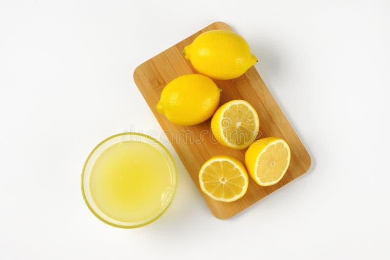 Jus de citron et citrons frais images libres de droits