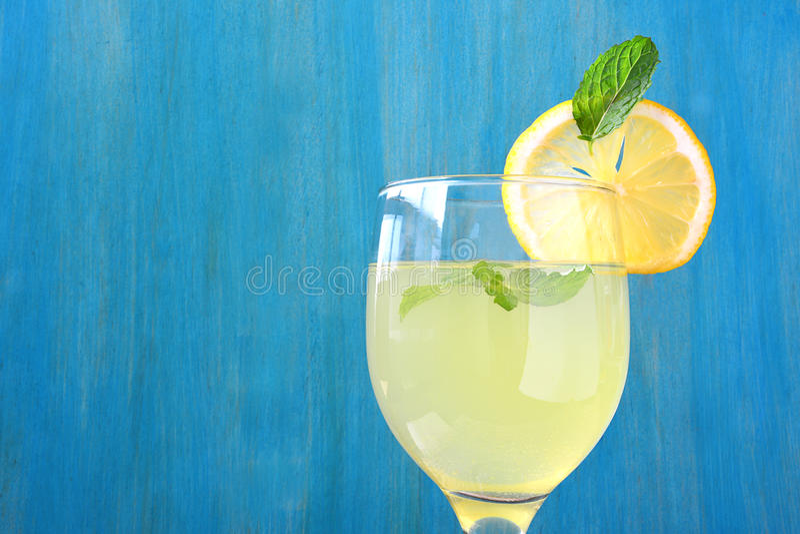 Jus de citron frais photographie stock libre de droits