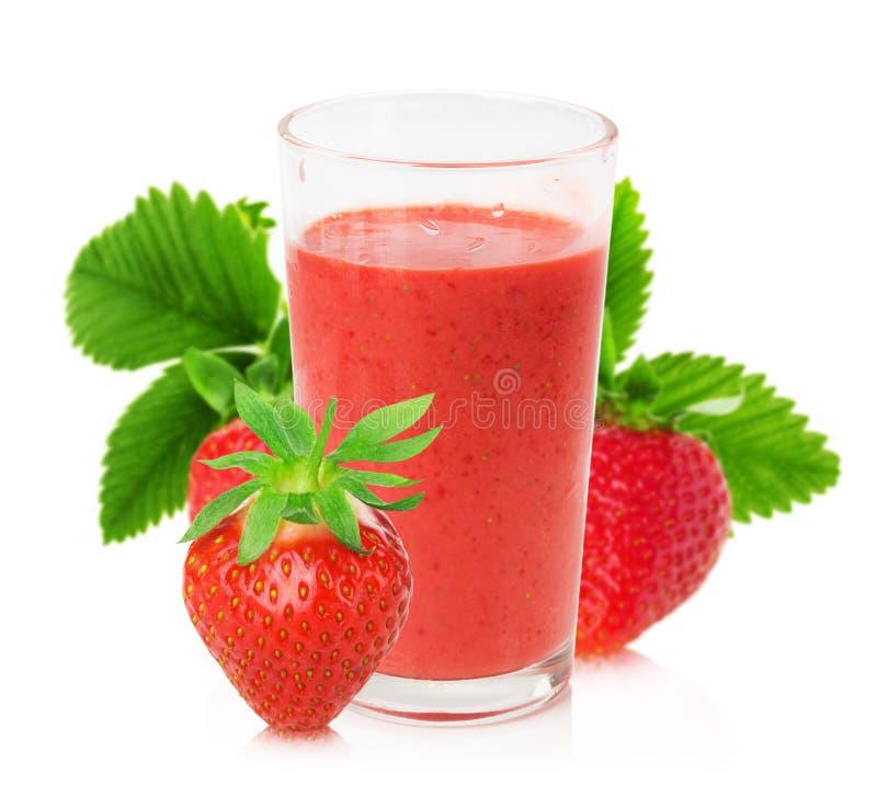 Jus de fraise avec des fraises sur le fond blanc images stock