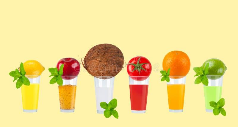 Jus de fruit frais sur le fond en pastel photos libres de droits