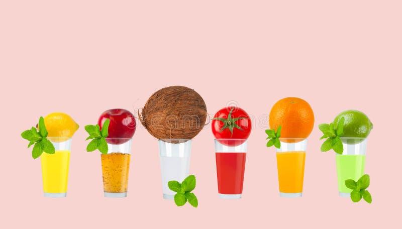 Jus de fruit frais sur le fond en pastel photographie stock