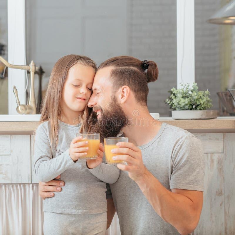 Jus de fruit naturel de mode de vie v?g?tarien de famille images stock