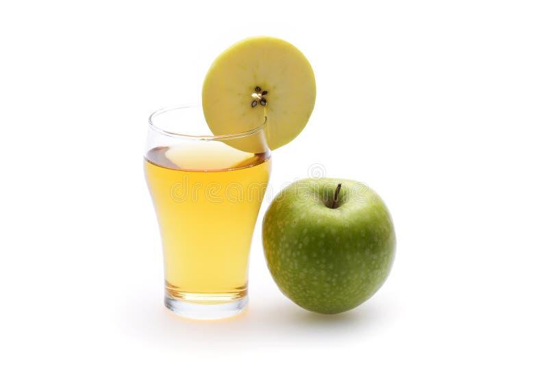 Jus de pomme en verre sur le fond blanc images libres de droits