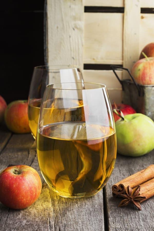 Jus de pomme en verres sur un fond en bois photos stock