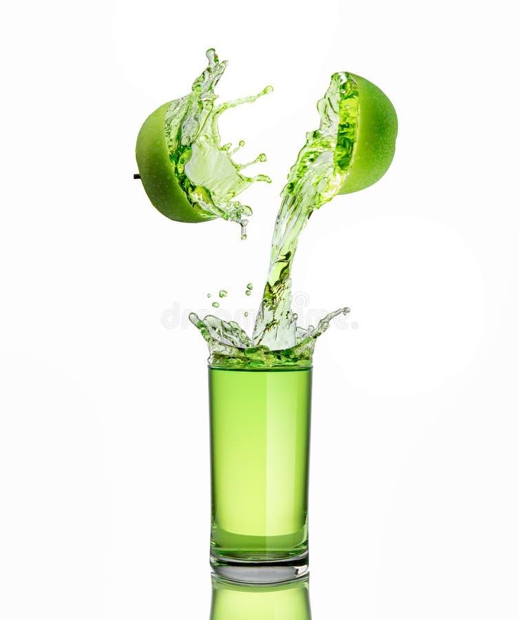 Jus de pomme vert éclaboussant de ses fruits image stock